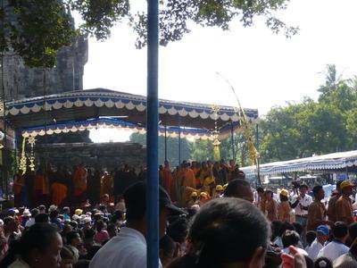 Bhikkhu Sangha Menuruni Podium di Mendut - Waisak 2008