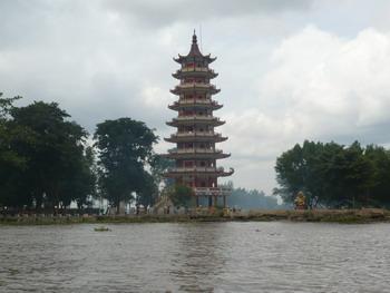 Keliling naik Perahu ; potret dulu ah pagodanya! :D :mrgreen:
