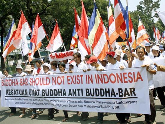 Ratusan mahasiswa dari dari Aliansi Mahasiswa Buddhis menyegel Buddha Bar di Jl. Jalan Teuku Umar, Jakarta, Kamis (5/3). Mereka mengecam keberadaan Bar itu