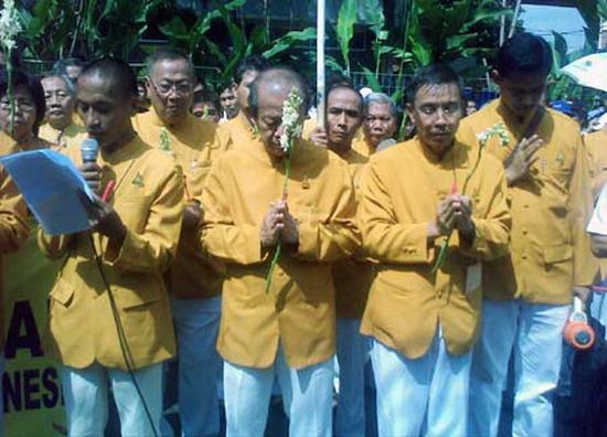 Sekitar 200 umat Budha dari Majelis Agama Budha Theravadda Indonesia (Magabudhi) berdemo di depan Budha Bar di Jl Teuku Umar, Jakpus