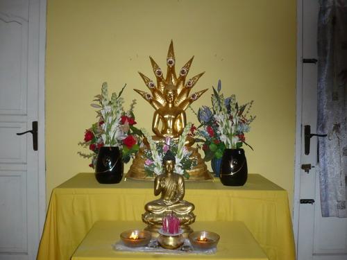 Meja Puja Bhakti di Rumah