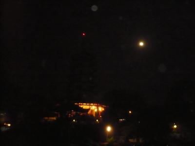 Pagoda Kwan Im di malam hari