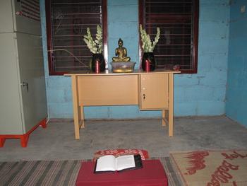 meja puja yang telah siap untuk Upacara